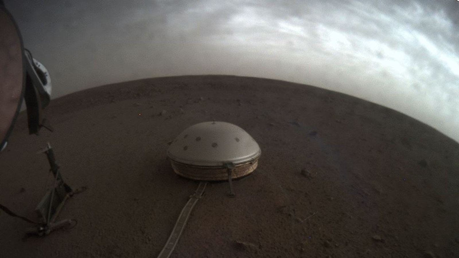 skynews-mars-insight-seismometer_4792734.jpg